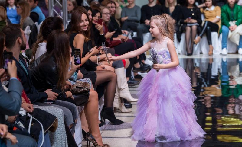«Все ткани красили вручную»: модельер из Рыбинска представила свою коллекцию на неделе моды в Сочи