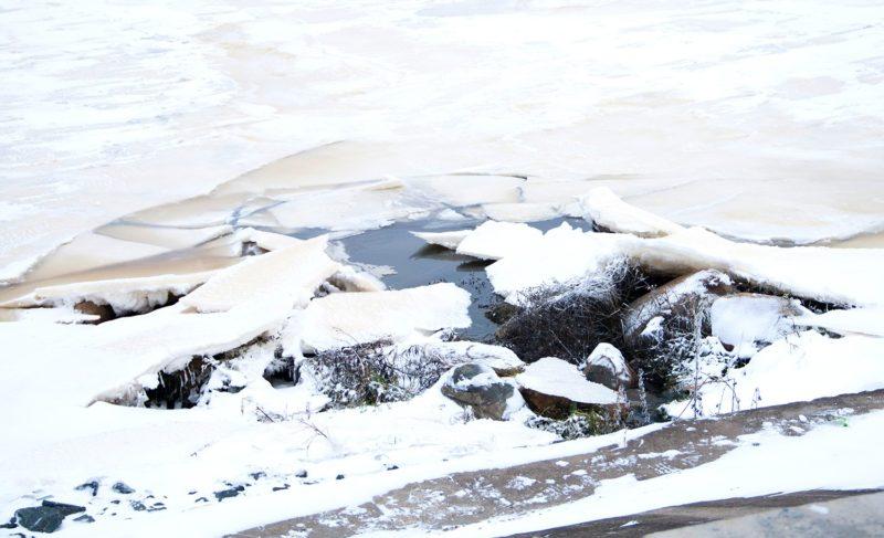 В Рыбинске спасали мужчину, который провалился под лёд. Видео
