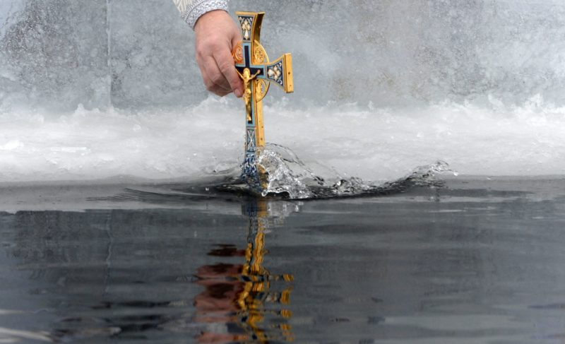 Сила духа, закаливание или фото для соцсетей: что заставляет людей купаться в ледяной воде?