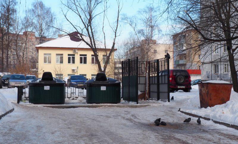 Жители двора в Зачерёмушье установили заглублённые контейнеры. И, кажется, довольны