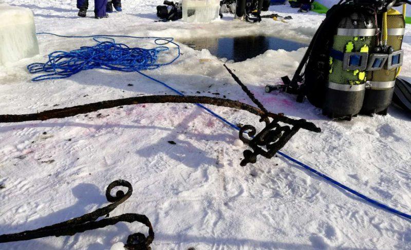Водолазы подняли со дна Рыбинского водохранилища часть ограды Югско-Дорофеевой пустыни. Фото