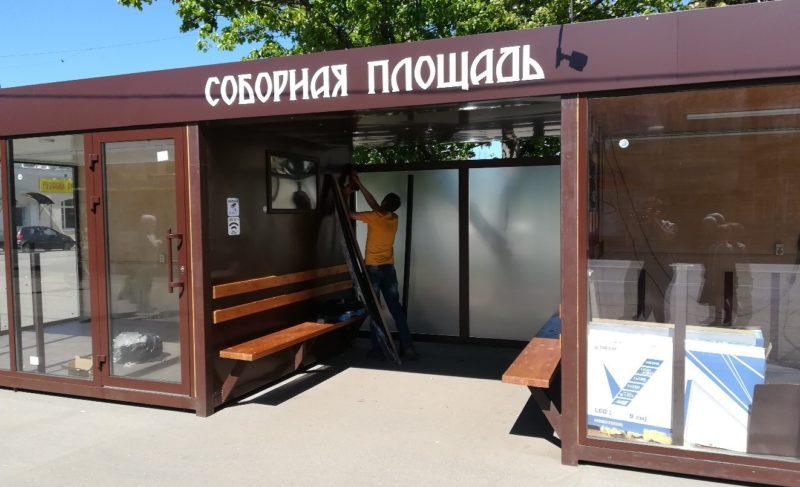 Вандализм и случайность: новую остановку на Соборной площади пришлось ремонтировать