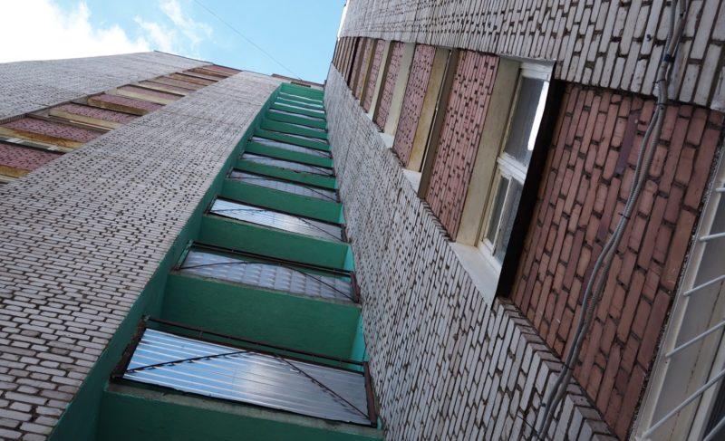 Дом, где всё кувырком. Как жители многоэтажки на Луначарского судятся с управдомом, и почему каждая сторона по-своему права?