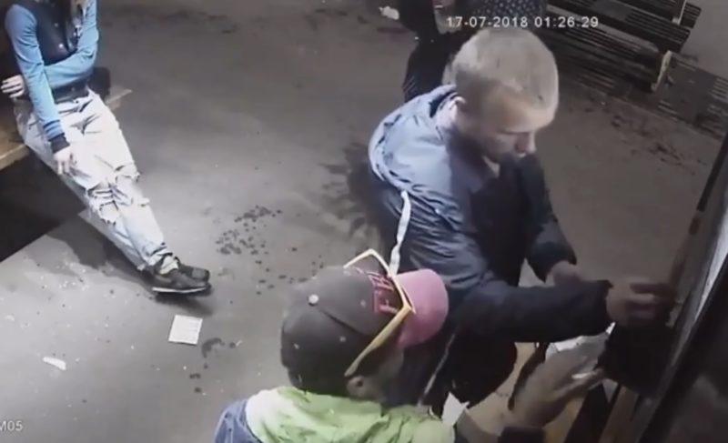Личности вандалов, повредивших остановку на Соборной площади, установлены. Видео