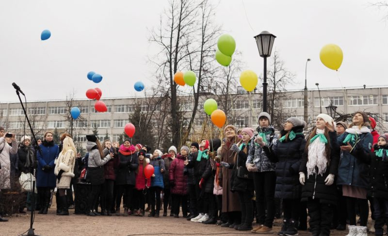 Без красных лент, но торжественно и с шарами. В Рыбинске после реконструкции открыли Карякинский парк и бульвар Ушакова