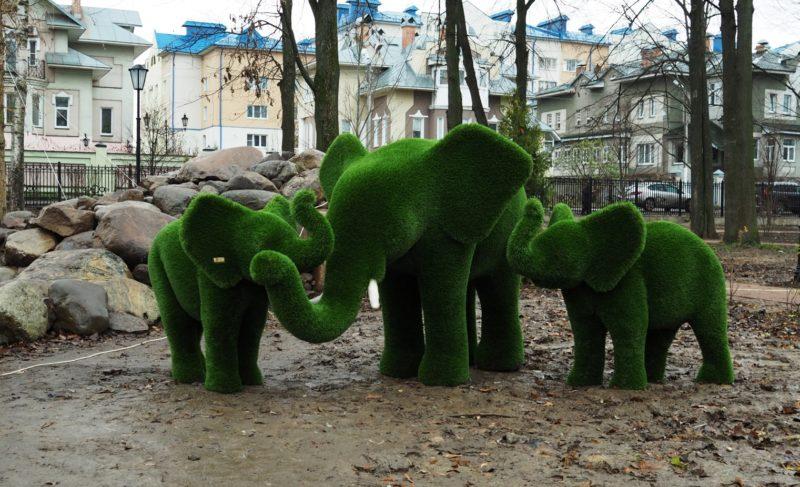 В Карякинский парк привезли декоративные фигуры. Ворота парка закрыли