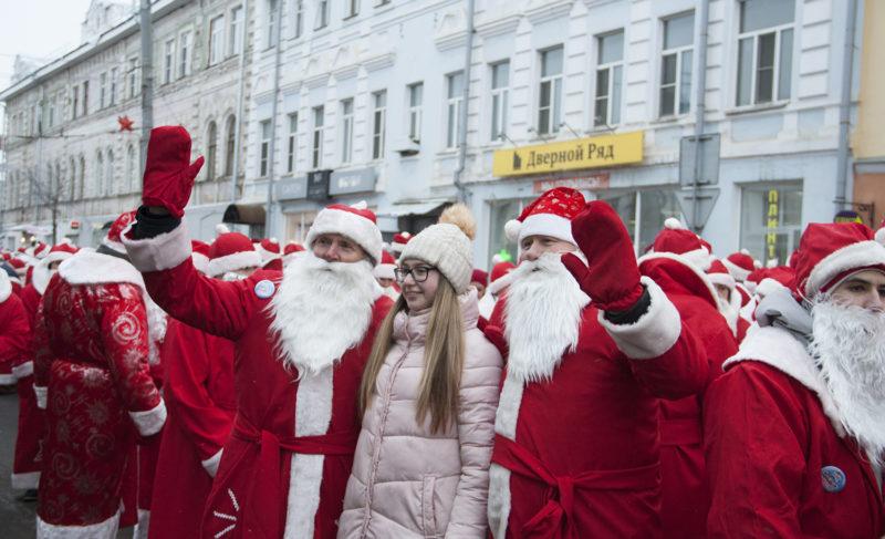 На велосипедах, квадроциклах и пешком: по Рыбинску прошли сотни Дедов Морозов. Фоторепортаж
