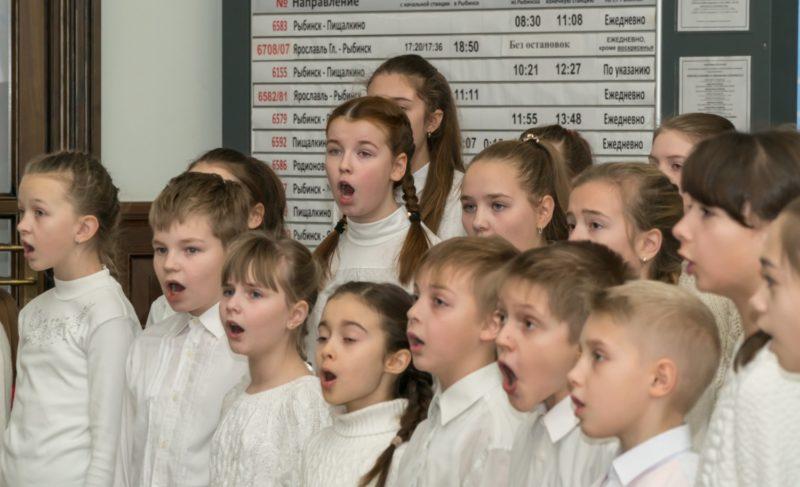 «Дари добро». Эмоции участников концерта в здании вокзала в фоторепортаже Александра Коллякова