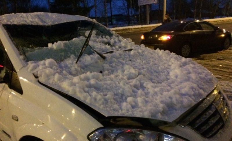 Снежная глыба упала на машину. Как получить компенсацию? Алгоритм действий
