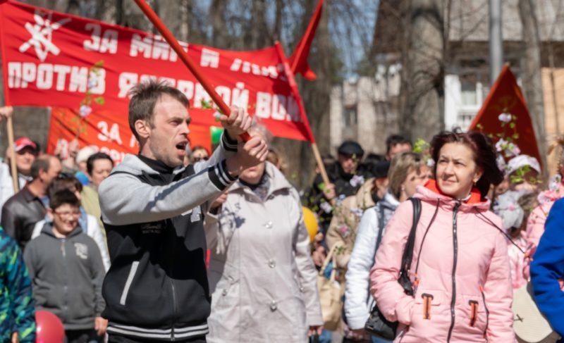 Флаги, шары и транспаранты. Первомайская демонстрация на ГЭСе в фоторепортаже Александра Коллякова