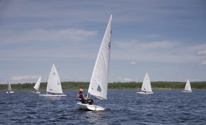 Ветер, паруса и тактика: на Рыбинском водохранилище прошли соревнования по парусному спорту. Фото и видео