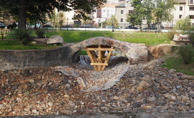 Мостик в Карякинском парке демонтируют и сложат заново. Почему отказались от реставрации?