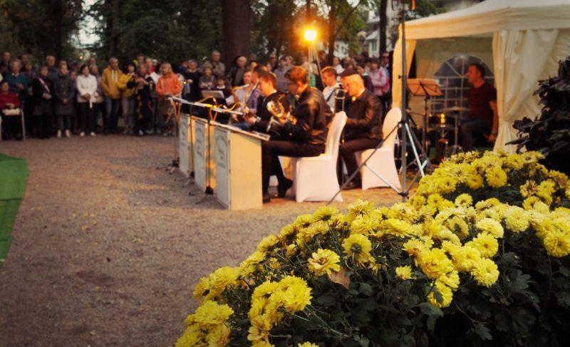 Под звуки саксофона: вечер джаза в Карякинском парке. Фоторепортаж