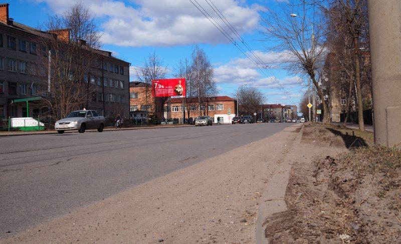 Пыль столбом. Как в Рыбинске справляются с уборкой улиц (похоже, плохо). Фото
