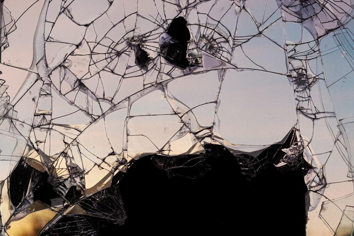 Звон разбитого стекла и скрежет арматуры. Что происходит в долгострое на Солнечной