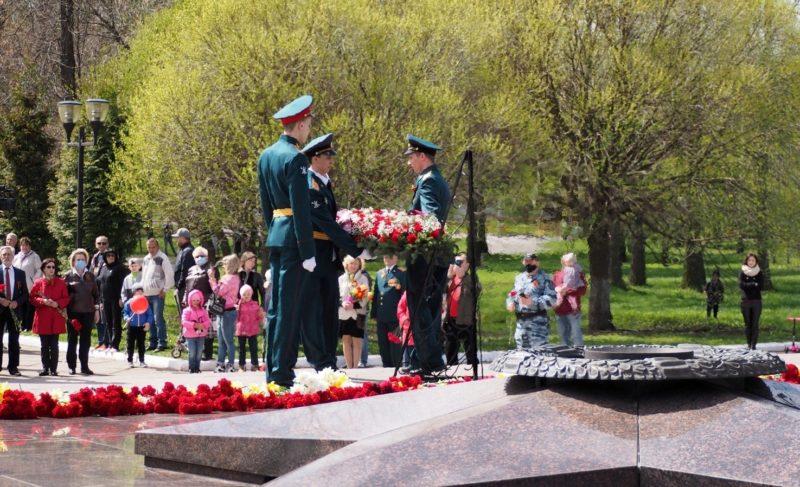 Торжественно, но немноголюдно: в Рыбинске возложили цветы к Огню Славы. Фоторепортаж
