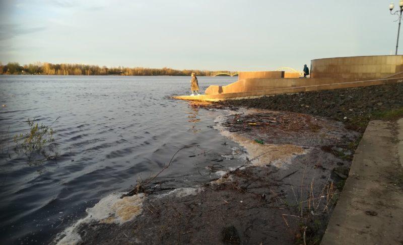 На Рыбинской ГЭС открыли два пролёта водосливной плотины. В Волге поднимается уровень воды. Фото