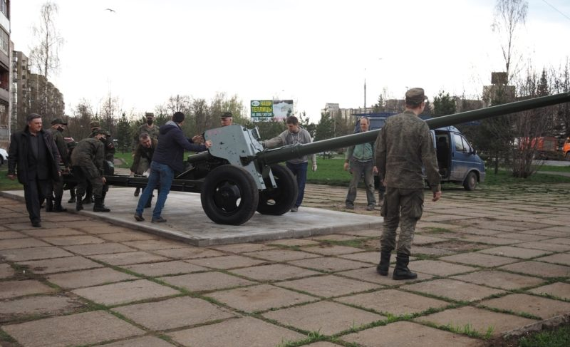На площади Жукова установили пушки. Вот что рассказал Добряков про орудия, площадь и планы на День Победы
