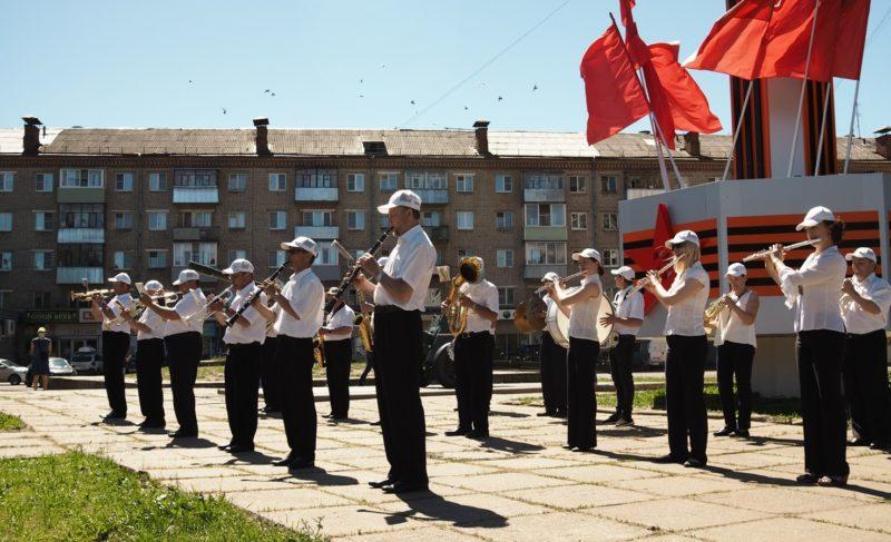 Победный звон, поздравления ветеранов и концерт. Фоторепортаж