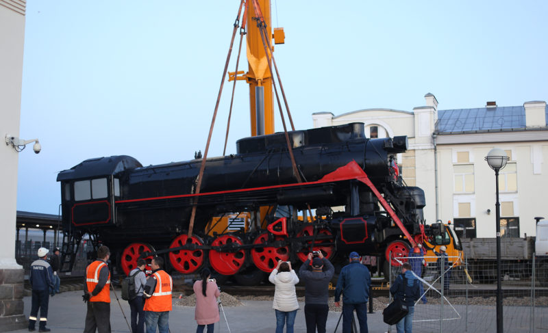 На Привокзальной площади установили ретро-паровоз. Фоторепортаж