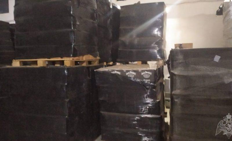 ВЯрославской области обнаружили завод попроизводству поддельного алкоголя. Изъято более полумиллиона бутылок