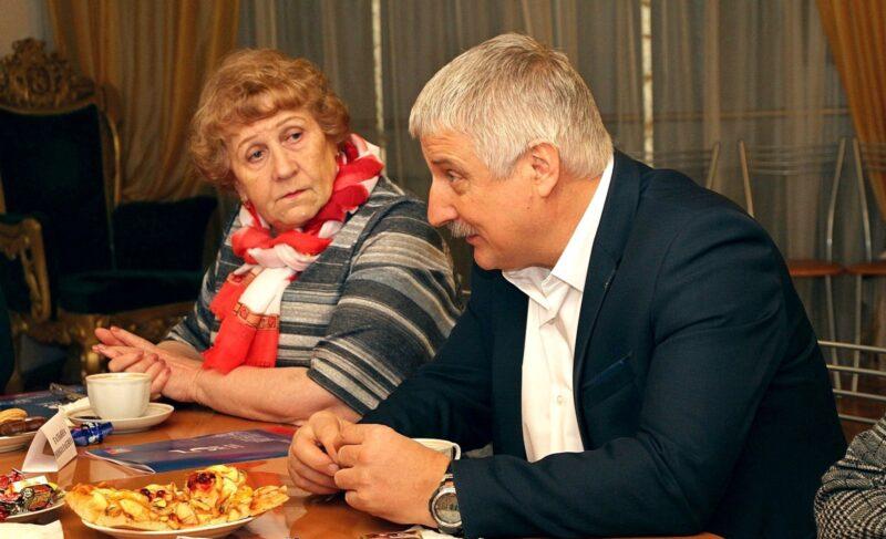 Главред «Рыбинского дневника» выпустила восторженную брошюру про Добрякова. Теперь сам Добряков раздаёт её на встречах с горожанами