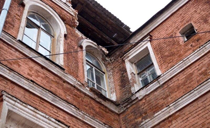 Дом Расторгуева рискует превратиться вруины раньше, чем его продадут. Фото ивидео, которые недобавляют оптимизма