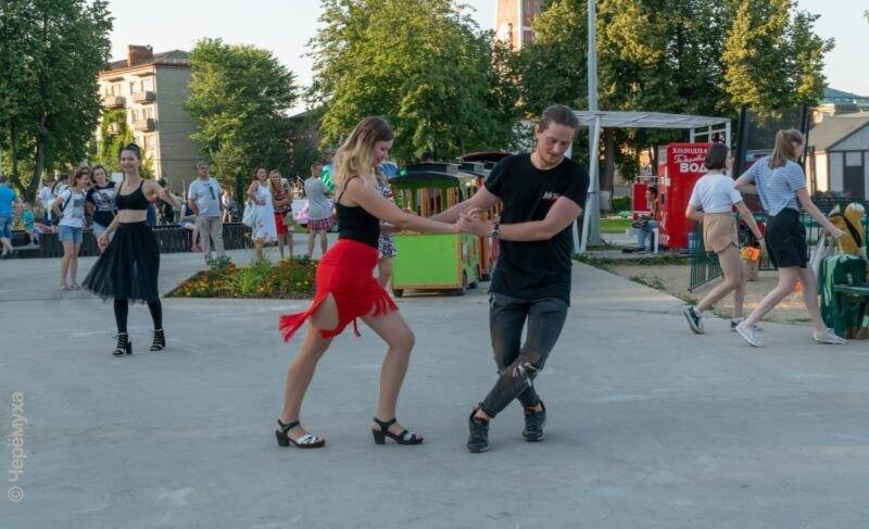 Зажигательные ритмы и летнее настроение: фоторепортаж с танцевального вечера в Городском сквере
