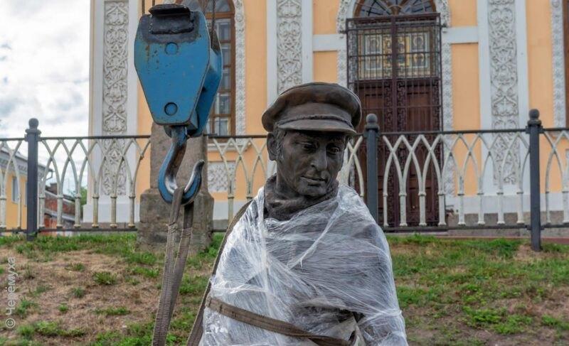 Куда повернуть Остапа? ВРыбинск привезли бронзовые фигуры киногероев