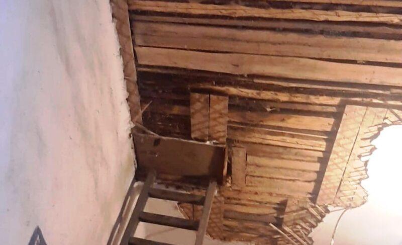Под Рыбинском в подъезде одного из домов обрушился потолок. Дом признан аварийным три года назад, но до сих пор не расселён