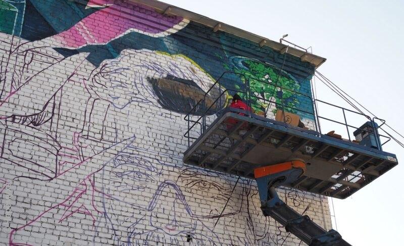 «Акцент на будущее». В Рыбинске проходит фестиваль граффити. Участники рассказали «Ч», над какими изображениями они работают